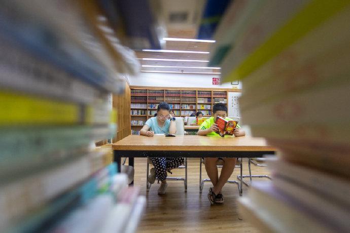 海曙文化礼堂提供图书万余册 为村里小朋友提供去处