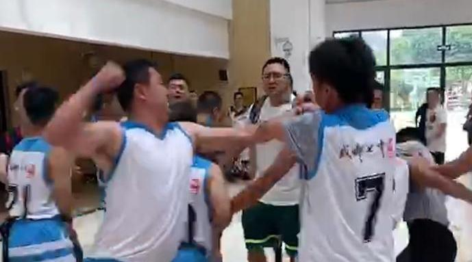 街道篮球赛现暴力冲突
