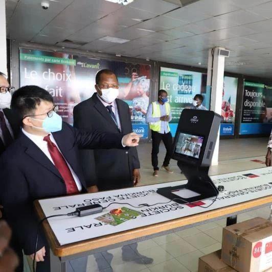 中方向布基纳法索瓦加杜古机场捐赠热成像测温机器人及有关医疗物资