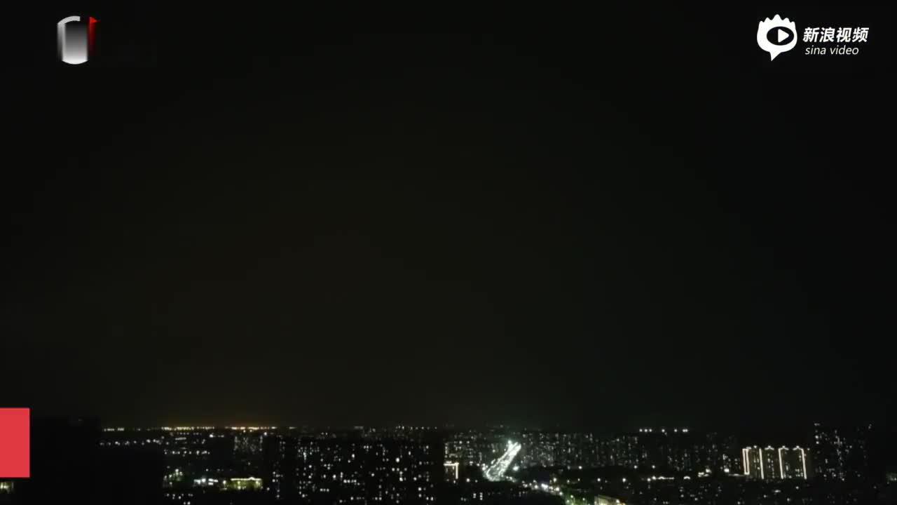 北京黑云压城风急雨骤 闪电云团中频繁穿梭如魔幻特技