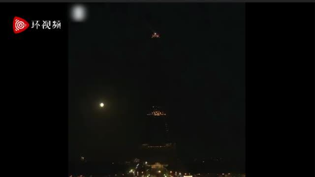 贝鲁特大爆炸后 法国巴黎埃菲尔铁塔熄灯1小时悼念遇难者