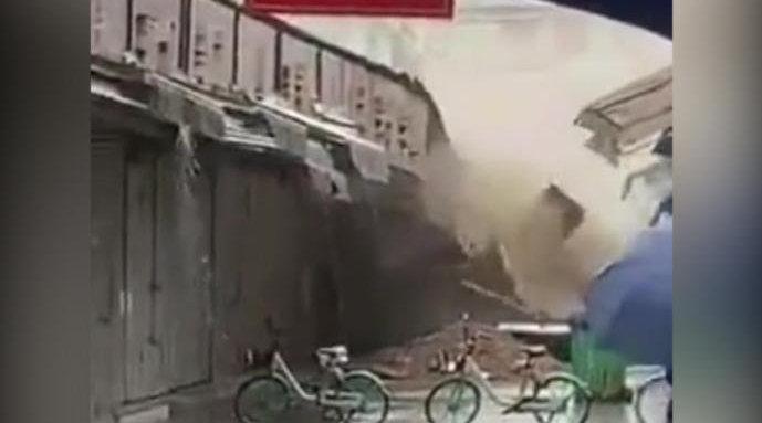 陕西咸阳某商场一排商铺倒塌 街道办:施工破坏地基加上大雨冲刷