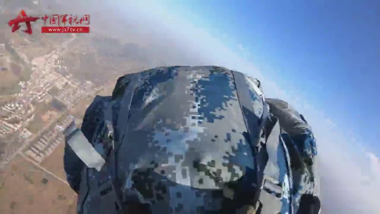 原声视频!第一视角感受空降兵学员跳伞瞬间
