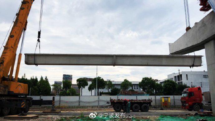 甬世纪大道快速路工程开始架设 首片小箱梁架设成功