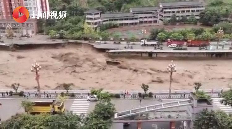 四川遭遇强降水:雅安县城道路垮塌 货车被洪流卷走