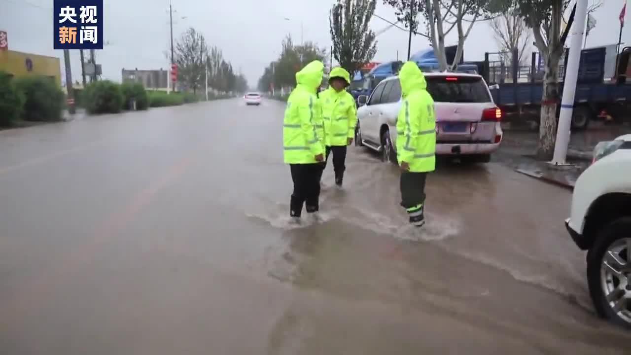 内蒙古多地暴雨侵袭引发山洪 多人被困民警紧急救援