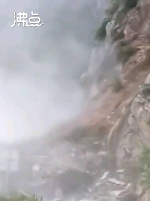 甘肃陇南突发山体滑坡 巨石瀑布般下泄吓坏路人