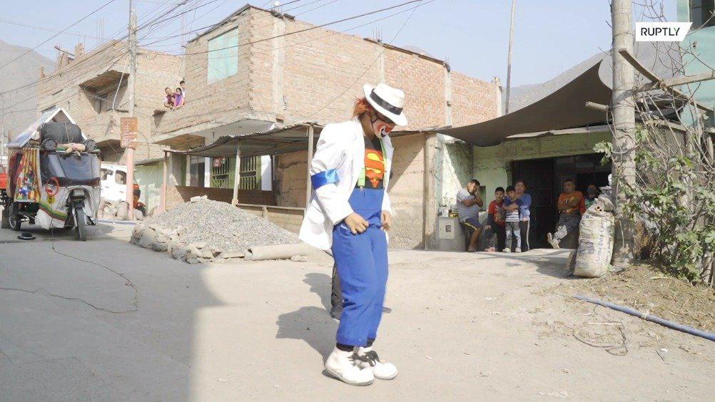 秘鲁小丑疫情期间上街表演 为居民打气