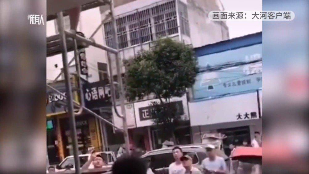 安徽官方回应城管用钢管抽打装修工:已停职