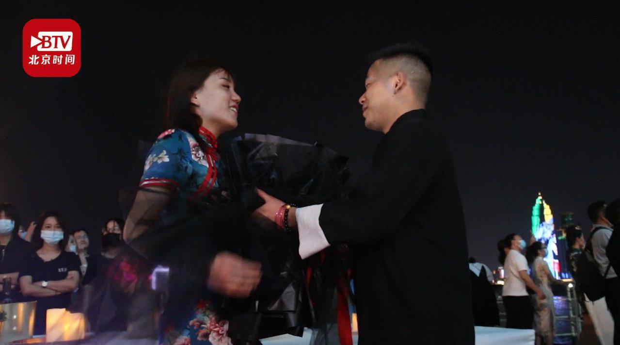 安徽退役军人在武汉轮船求婚:因为这是一座英雄的城市