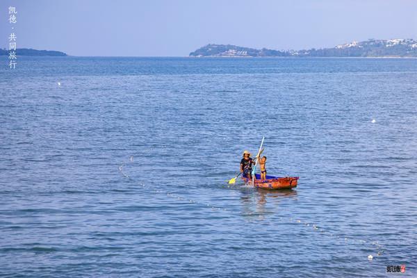 出海打鱼的母子俩