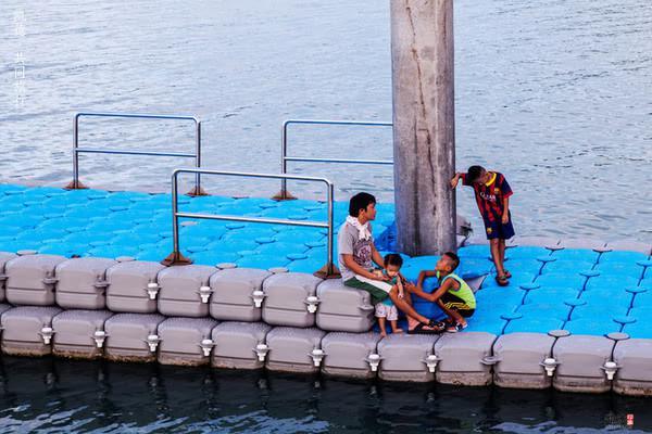在海边坐着聊天的一家人