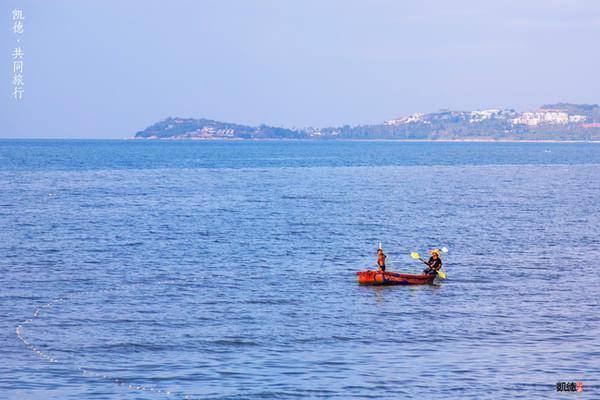 海边的母子俩坐着小船出去打鱼
