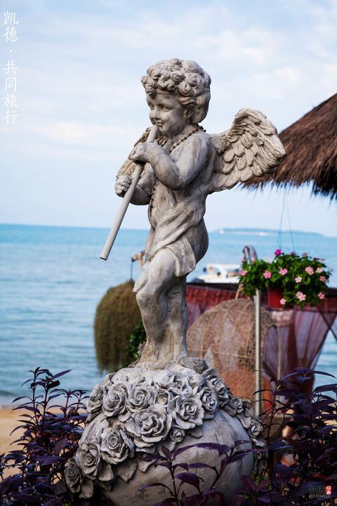 沙滩边的雕塑