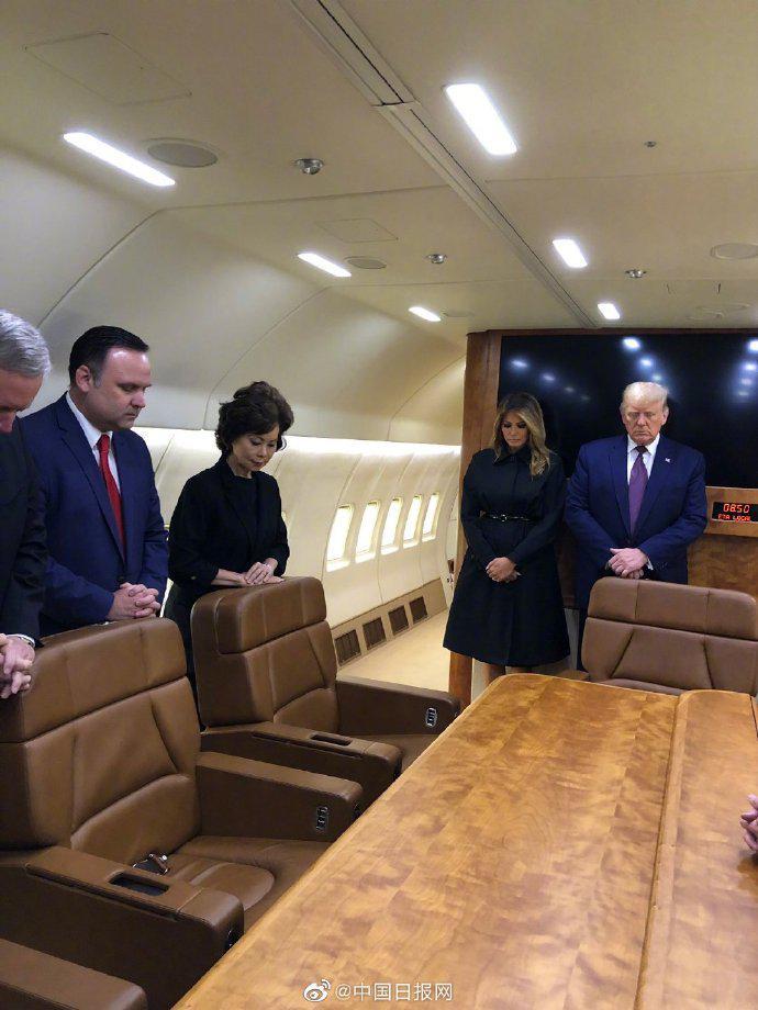 特朗普夫妇在空军一号上默哀