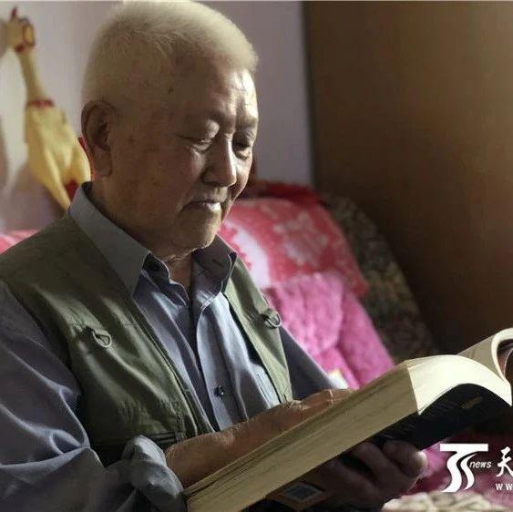 """【媒体看新大】新疆大学88岁老教授""""教无止境""""退休21年常返讲台传授诗词"""