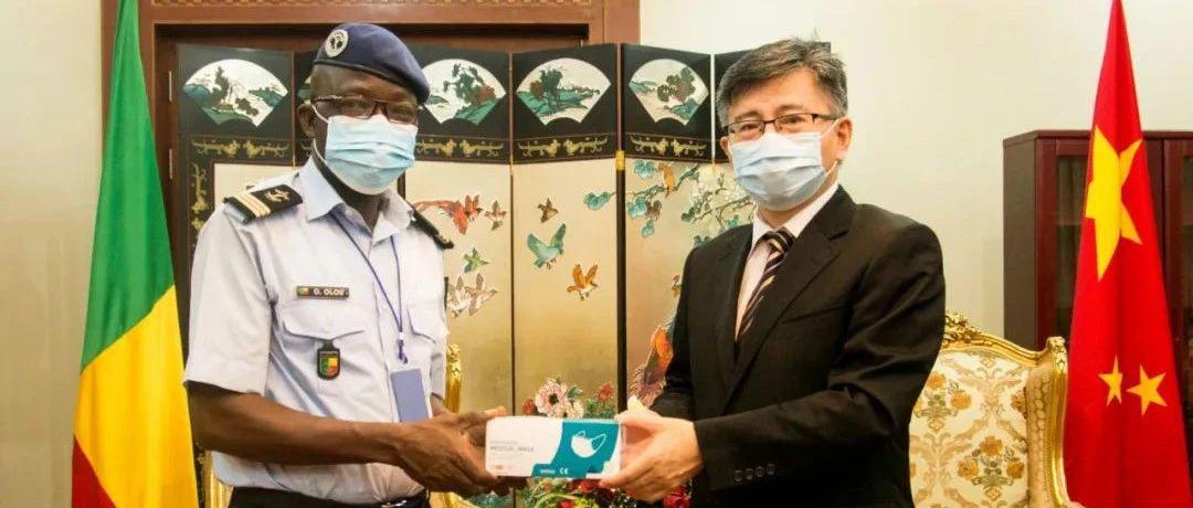 驻贝宁大使向科托努国际机场警察局捐赠防疫物资
