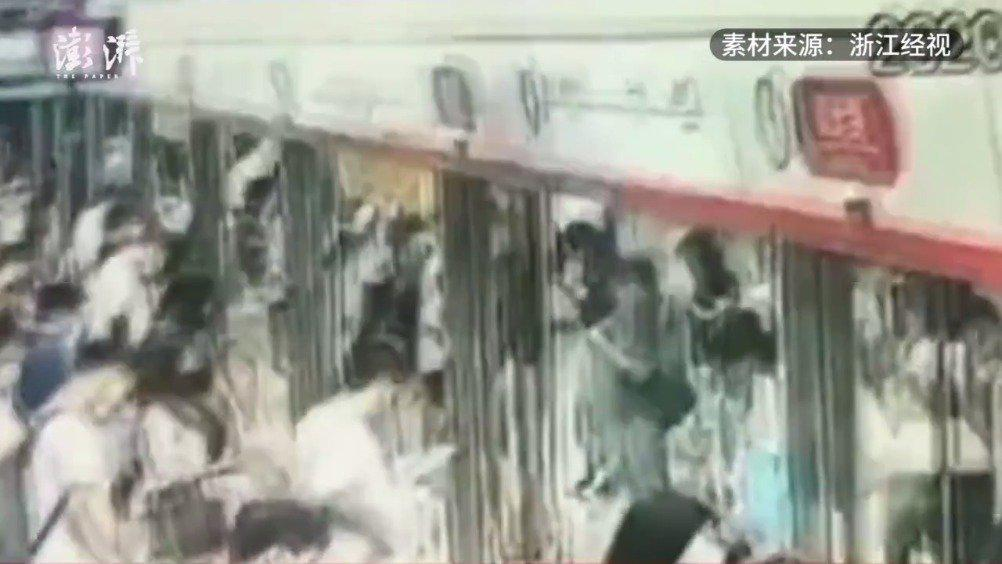 猥琐男地铁站内猥亵女子:看到柔弱女子就控制不住