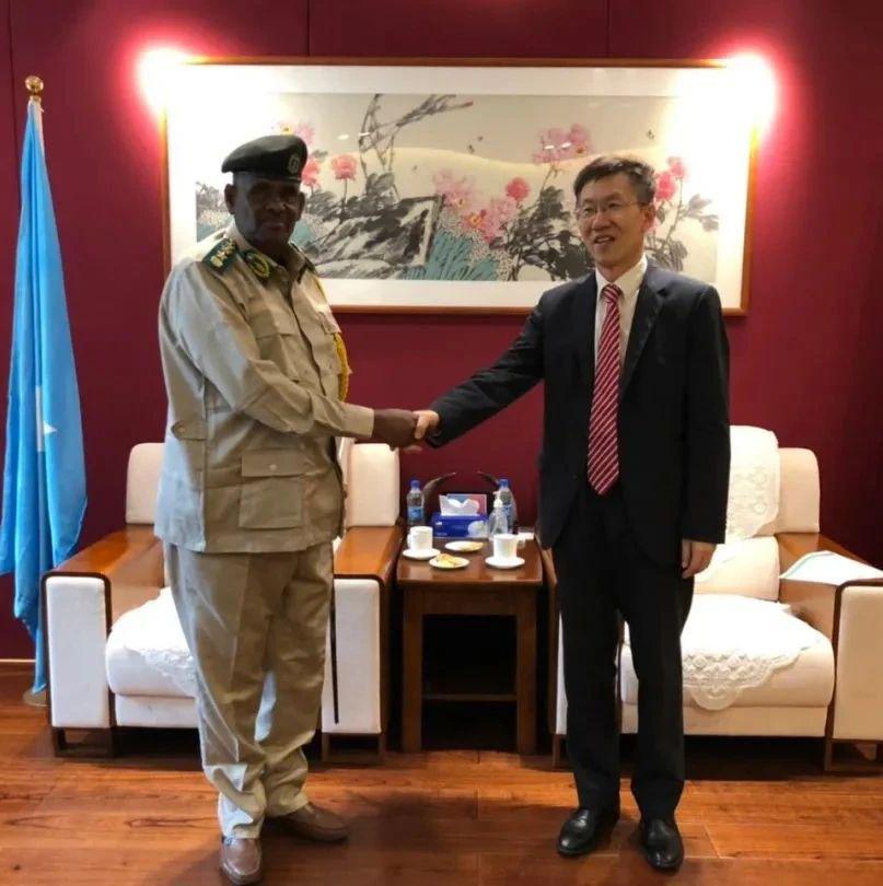 驻索马里大使会见索联邦监狱长阿丹