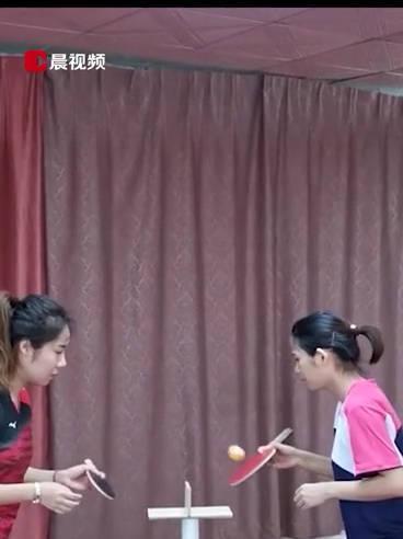 新玩法!女孩在巴掌大木板上练习乒乓球网友:真不愧是中国乒乓