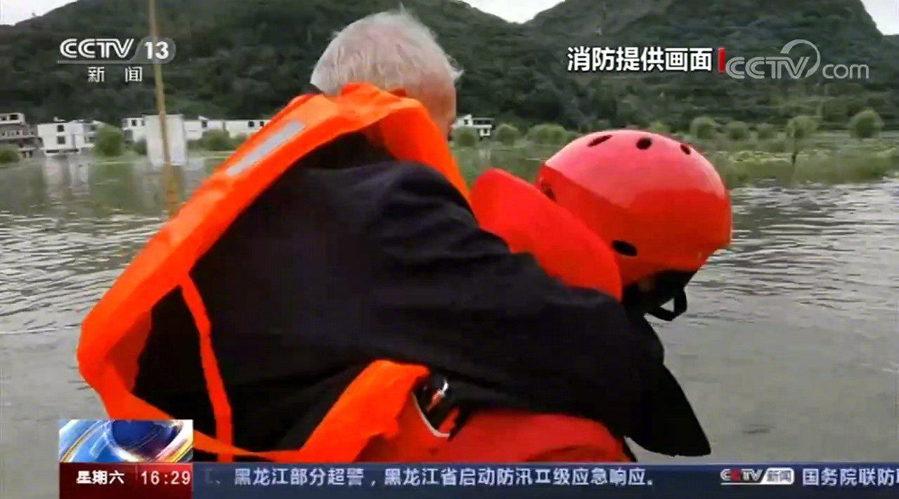 贵州安顺暴雨致村落被淹 消防转移上千人