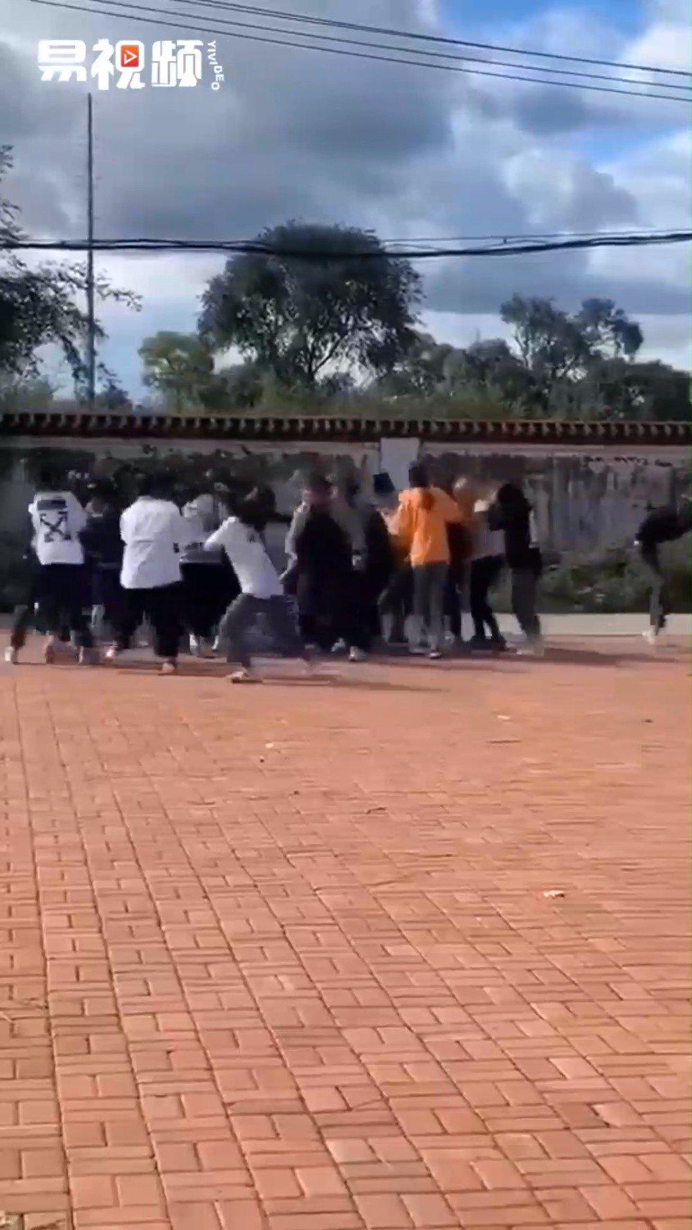 黑龙江依兰回应两伙女学生聚众斗殴:校长免职  开除一涉事学生