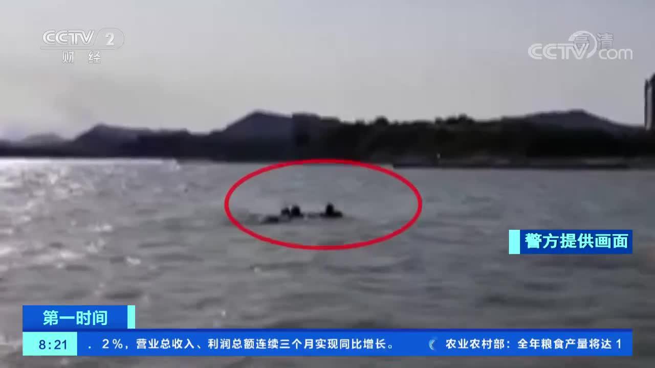 [第一时间]山东青岛:海水涨潮 男子被困礁石获救