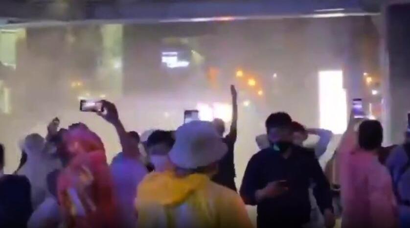 泰国反政府示威升级 警方出动水炮车和催泪用具清场
