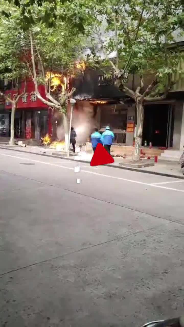 一店铺起火火势越来越大 4名取餐的外卖小哥冲上去灭火