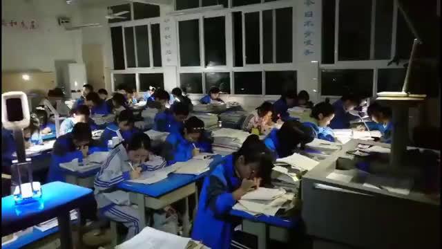 考试突遇停电  四川一中学高三学生开台灯淡定写完试卷