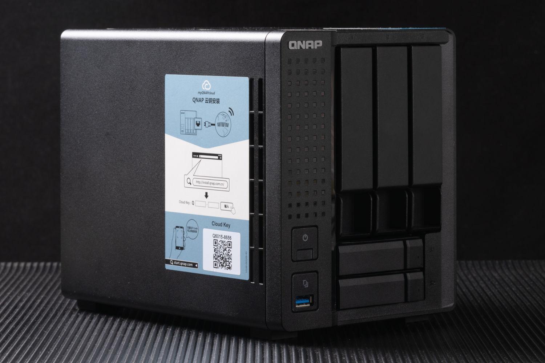 你的NAS为啥同时能插固态硬盘和机械硬盘?