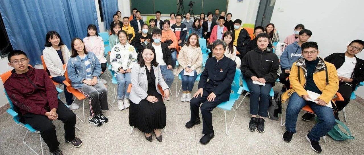 """华中农大党委书记高翅和新生""""共话大学"""""""