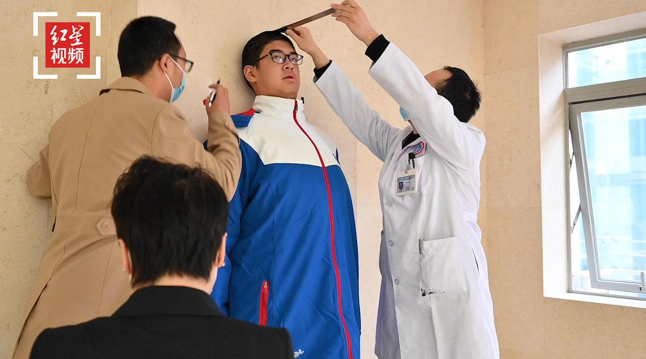 四川乐山14岁男孩高221.03厘米,成世界最高青少年