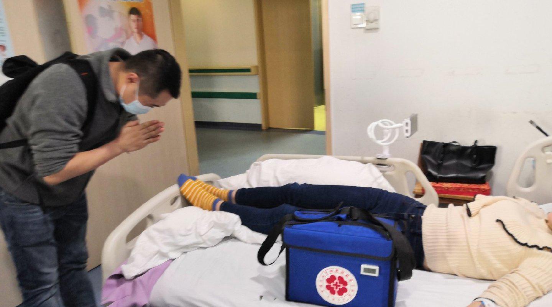 医生向捐献干细胞女孩鞠躬致谢:谢谢你,救我的病人