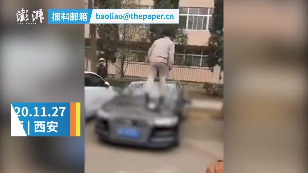男子当街砸奥迪车引围观 警方:正在办理