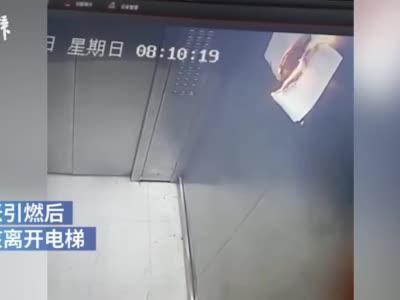 熊孩子又闯祸了!监拍男童电梯里打火机烧纸
