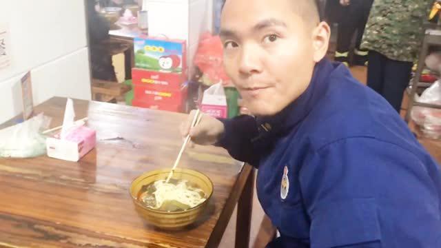 數名男子凌晨吃面渾身哆嗦:筷子都拿不穩 其身份令人肅然起敬