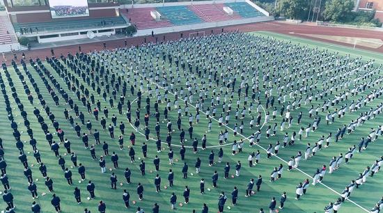 无锡千名中学生同时挑战50俯卧撑