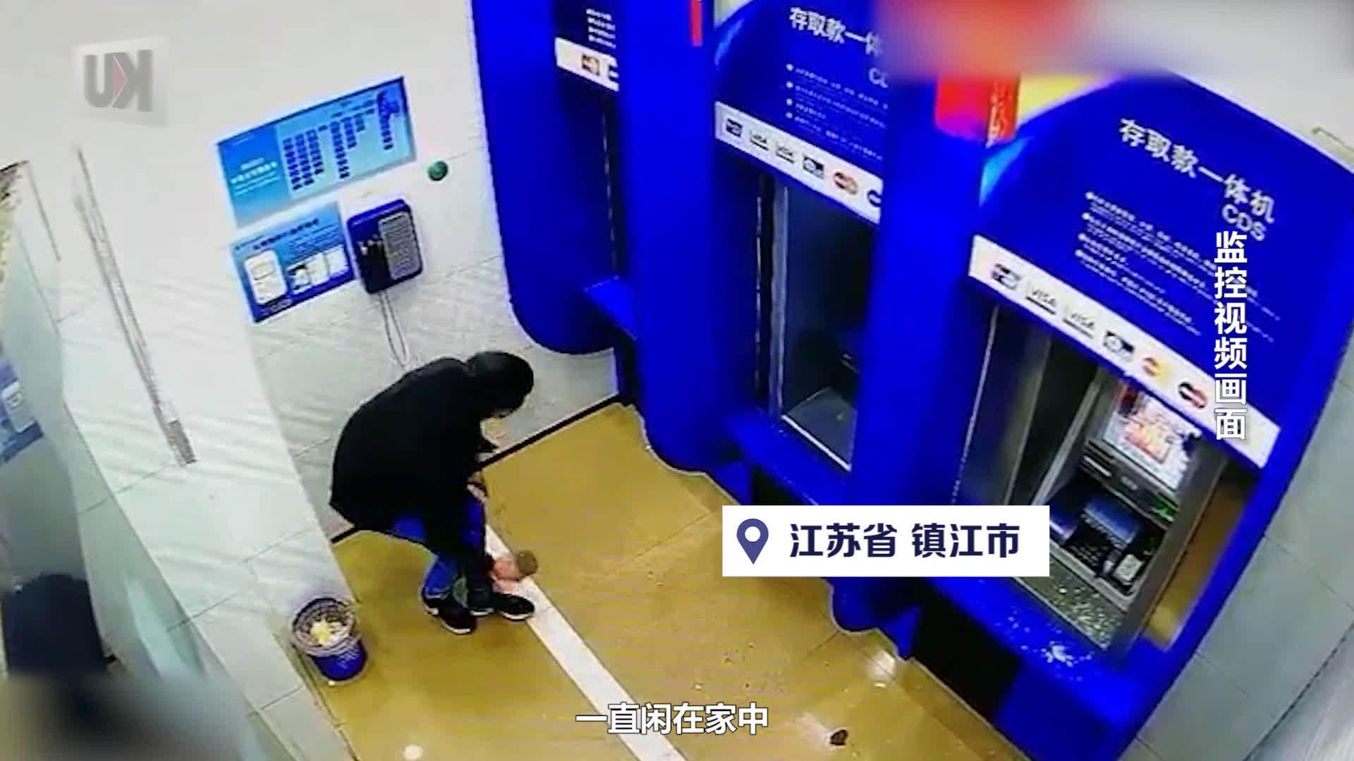 男子怒砸10家银行29台ATM机