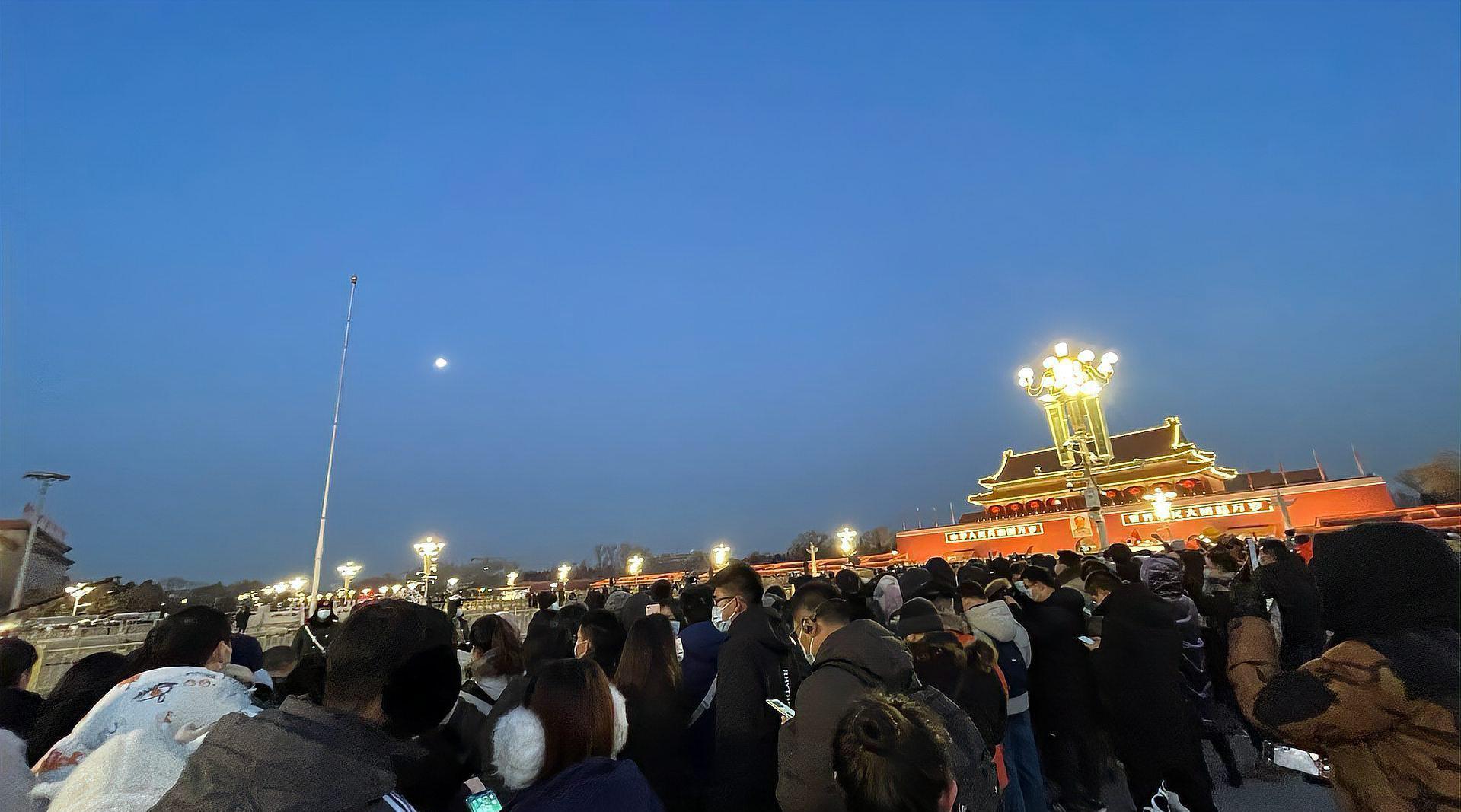 直击新年首场升旗仪式现场