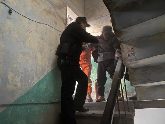 遂宁市公安局经济技术开发区分局嘉禾派出所:居民家中失火 民警迅速救援