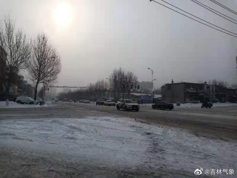辽源昨晚夜间到现在出现了降雪天气,降雪量达到6.6mm,市气象台及时发布了道路结冰黄色预警