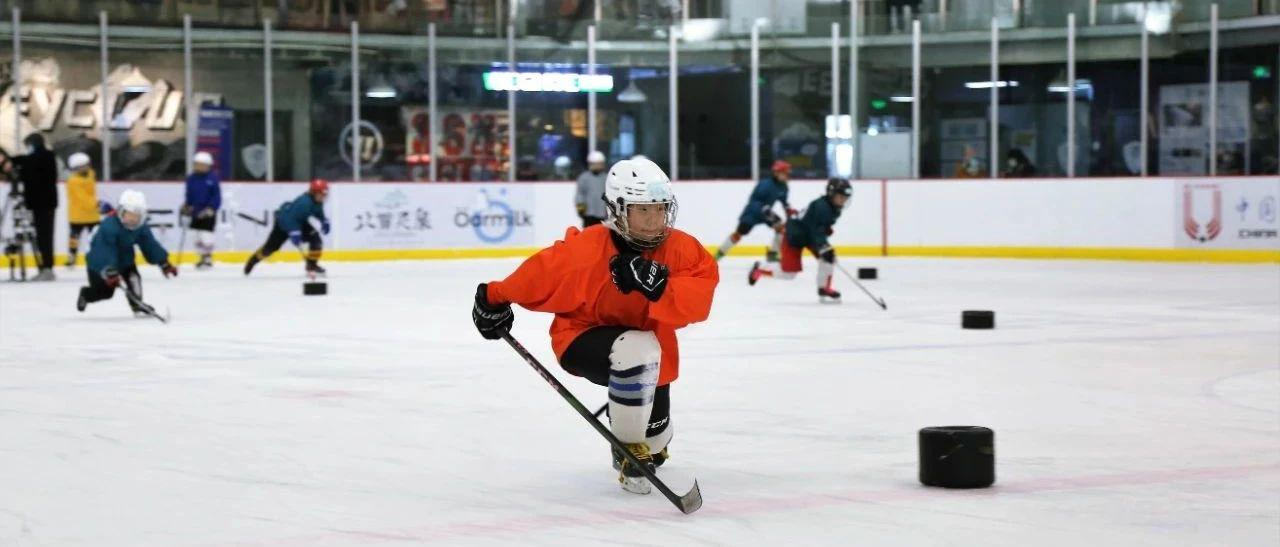 寒假苦练基本功 北京市青少年冰球队进行滑行专项训练