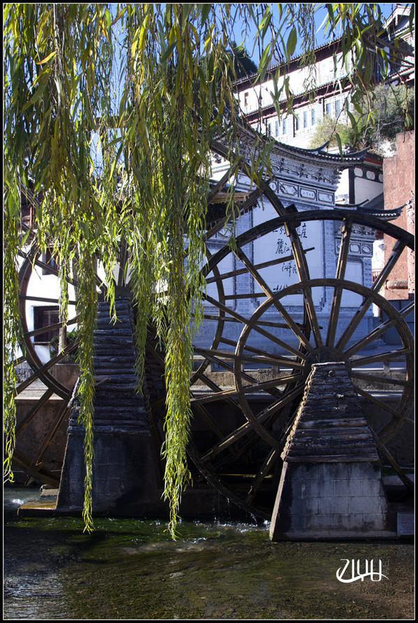 水车后面的一处架子上挂满彩带,铜铃和祈福的牌子。
