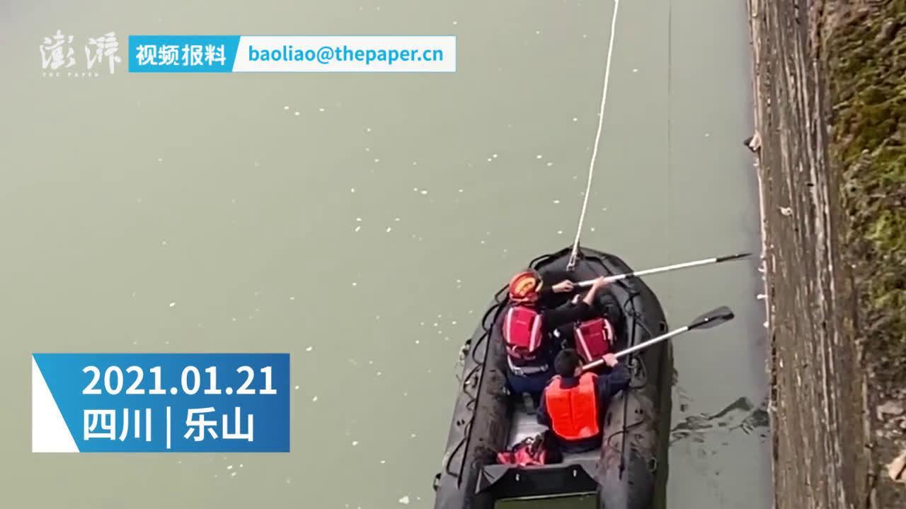 四川乐山15岁女孩背着书包跳江 消防员紧急营救