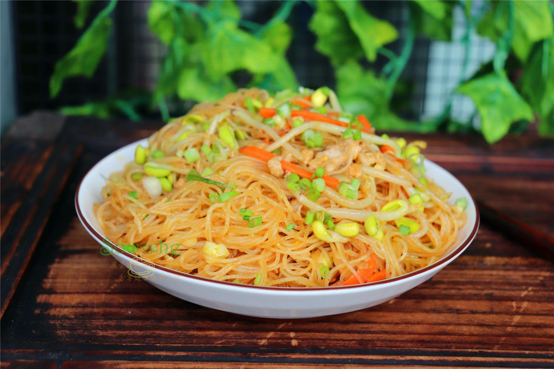 广东人喜欢吃米粉,放豆芽肉末,爽滑味美