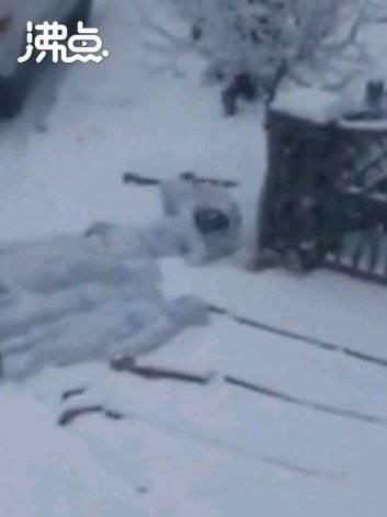 通化志愿者送菜后躺雪地休息