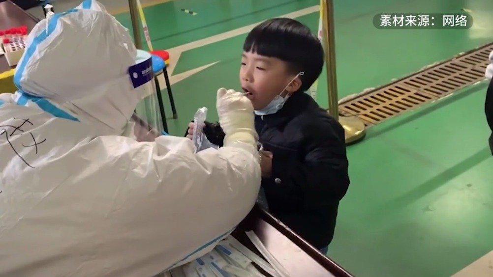 男孩第4次核检自备袋子防吐