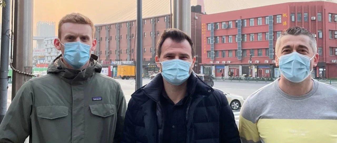 新主帅莱科和两位助手结束防疫隔离,阿瑙托维奇也出来了