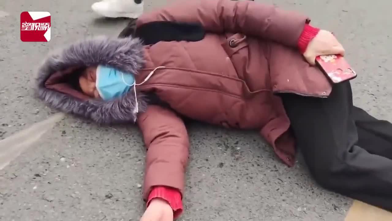 女子为讨薪躺马路失声痛哭